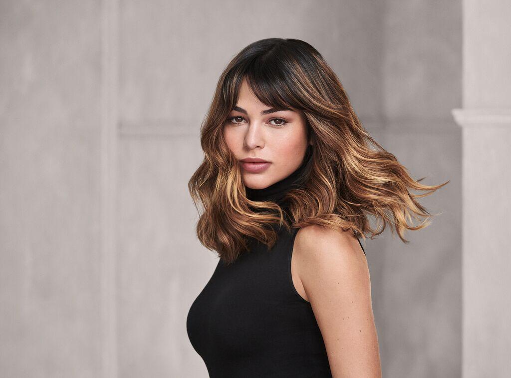 vrouwelijk model met lang haar